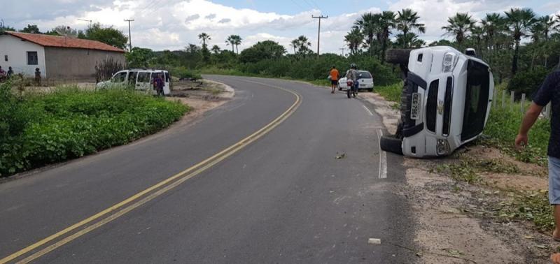 Motorista perde controle de veículo e tomba na PI 461