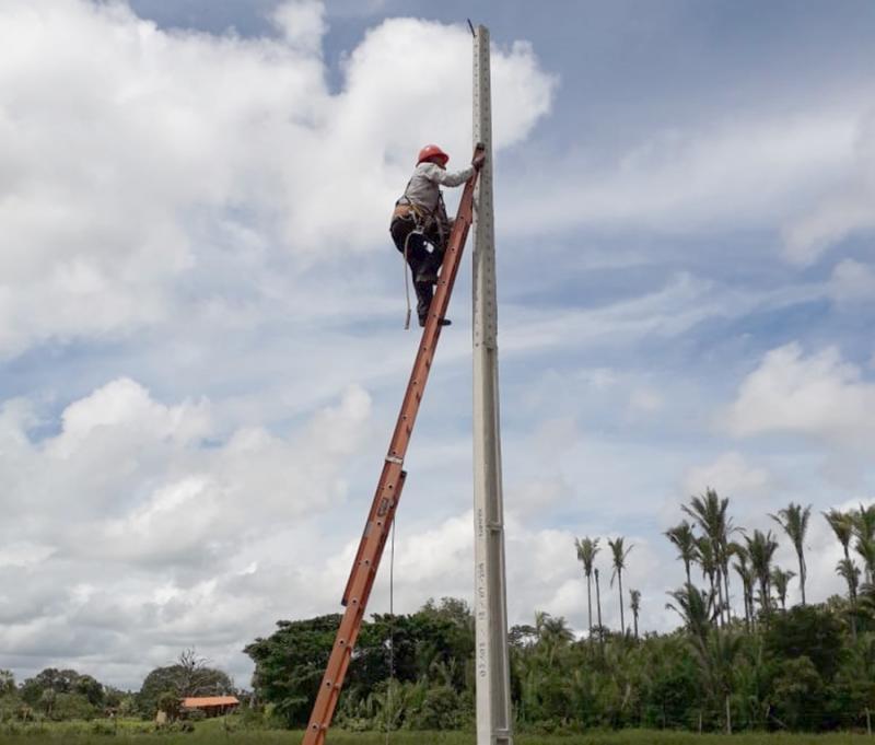 PREFEITURA INSTALA POSTES DE ILUMINAÇÃO PÚBLICA NA LOCALIDADE BOA ESPERANÇA
