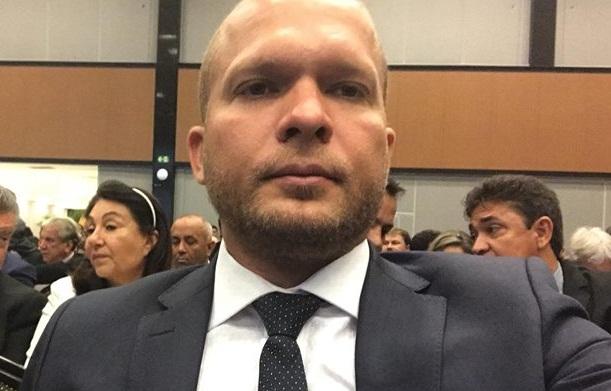 Prefeito Léo Matos é denunciado por contratar empresa sem licitação