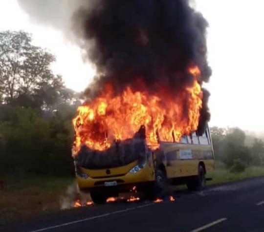 Ônibus escolar pega fogo durante trajeto com alunos no PI; vídeo