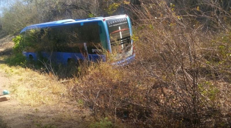 Ônibus sai da pista e desce aterro na 'Rodovia da Morte'