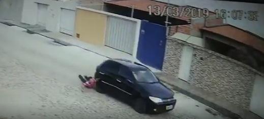 Bandido é arrastado por comparsa após assalto em Teresina; vídeo