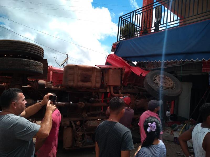 Caçamba desgovernada invade comércio em Matias Olímpio