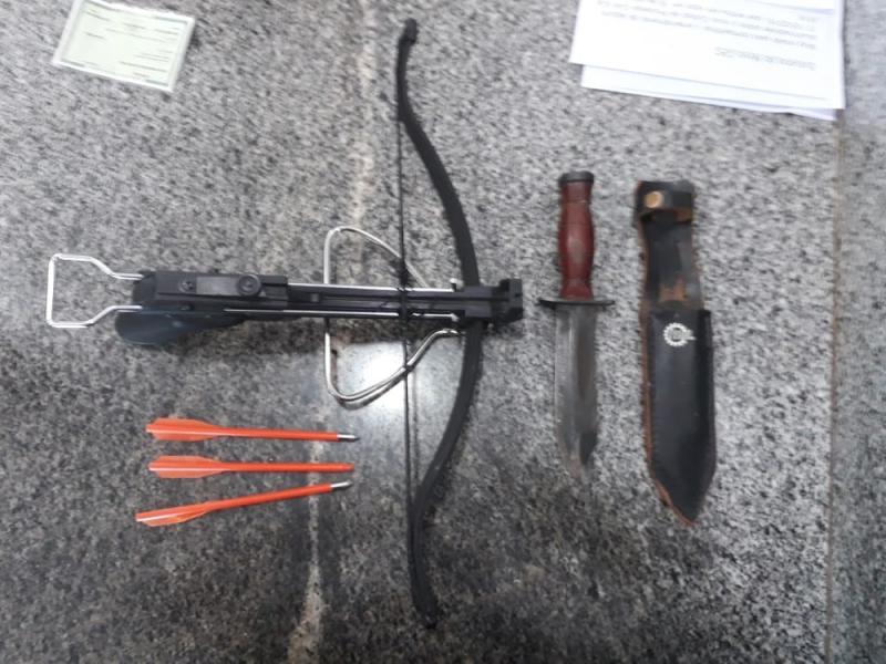 Professor armado com facão e 'besta' invade Secretaria de Educação