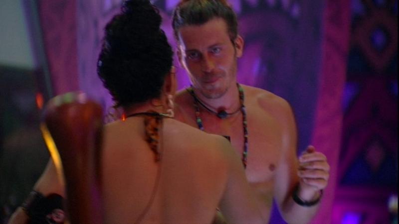 BBB19: Elana e Alberto dançam juntos na madrugada