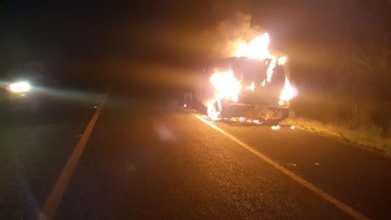 Carro-forte pega fogo na BR-343 após possível pane elétrica