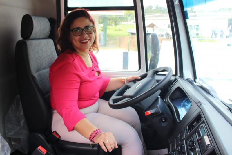 Prefeita de Altos participou da entrega de caminhões para agricultura