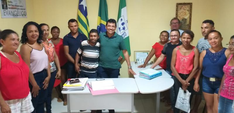 Prefeito Aurélio Sá assina convênio para construção de banheiros sanitários