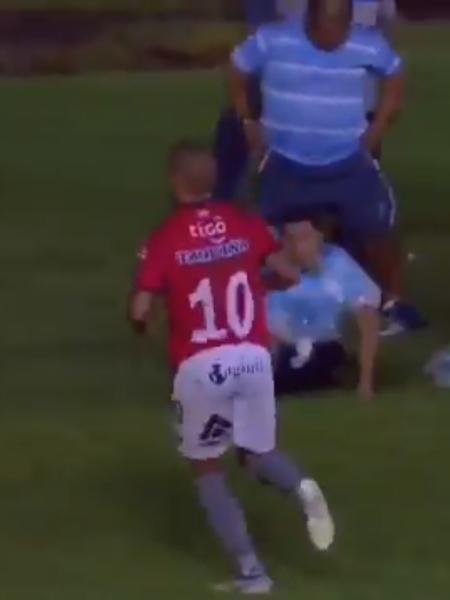Jogador brasileiro deixa partida após sofrer ofensas racistas