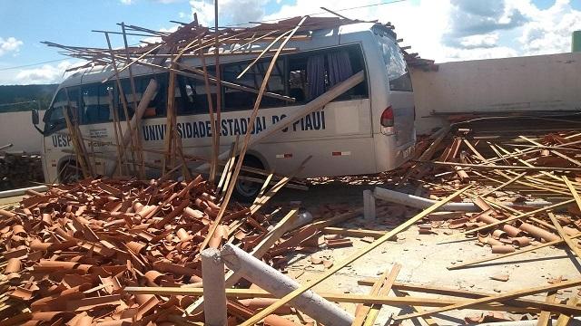 Teto de campus da UESPI desaba e atinge micro-ônibus no Piauí