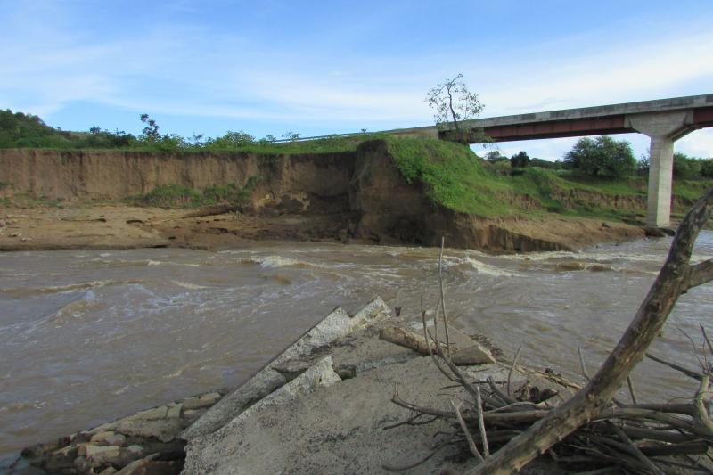 Ponte com cabeceira sob risco por conta de cratera