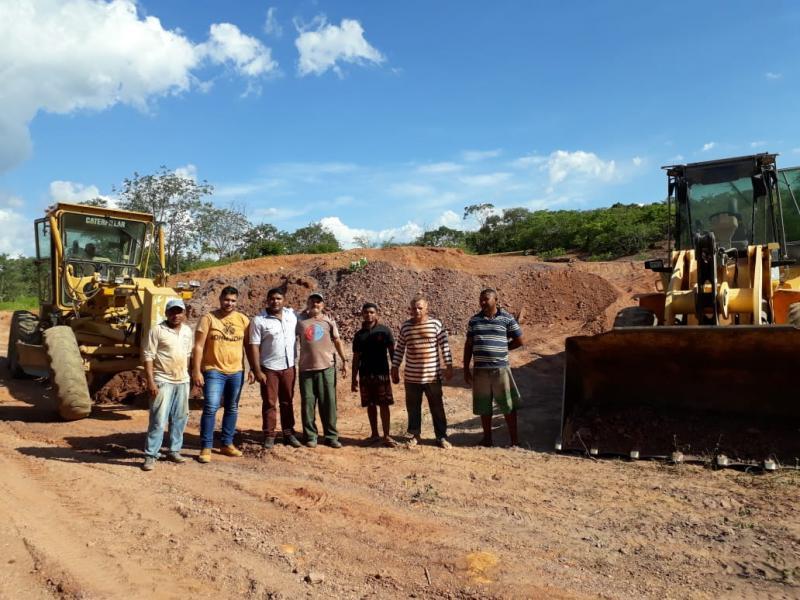 Dr. Manoel Jr. acompanha obra de recuperação de estrada na Várzea Grande
