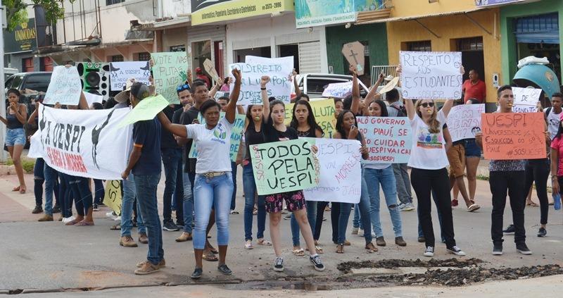 Manifestação marca o movimento grevista da UESPI de Corrente