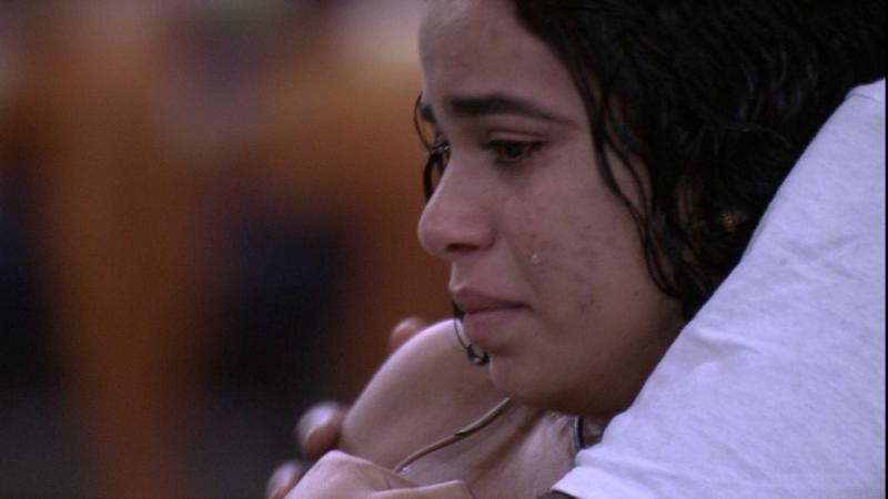 BBB19: Elana se lembra de Danrley e começa a chorar