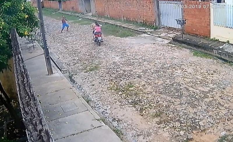 Câmeras flagram assalto a mulher e uma criança em Teresina