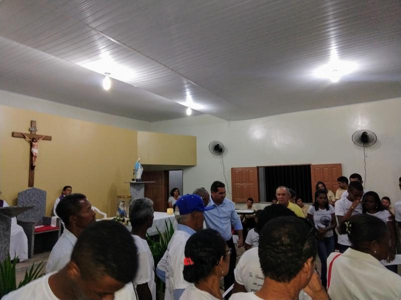 Padre recebe apoio de fiéis em missa de sétimo dia de sua mãe