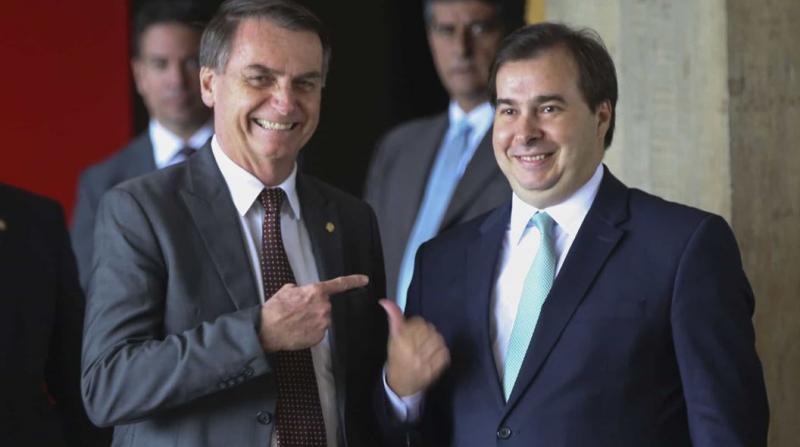 Bolsonaro culpa 'velha política' e Maia rebate