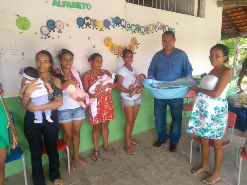 Prefeitura de Pau D'arco do PI entrega enxoval e cesta para gestantes