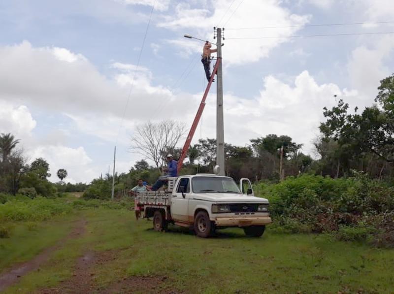 Prefeitura realiza instalação de iluminação pública no povoado Bandeira