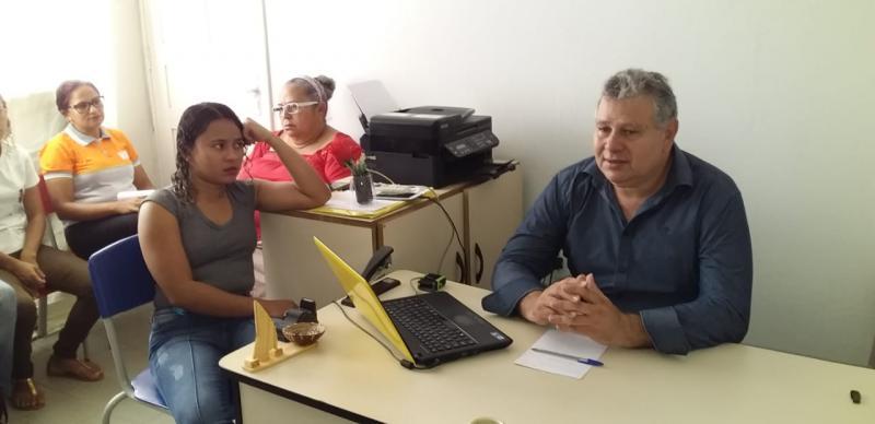 Secretário de educação Genivaldo Arimatéia com Educadores do EJA (Foto: Gilson Caralho)