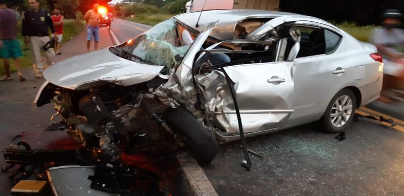 Colisão entre carro e caminhão deixa jovem gravemente ferido na BR 343