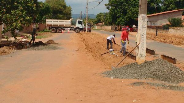 Prefeita Doquinha retoma serviço da obra de meio fio no entorno do asfalto nas ruas centrais.