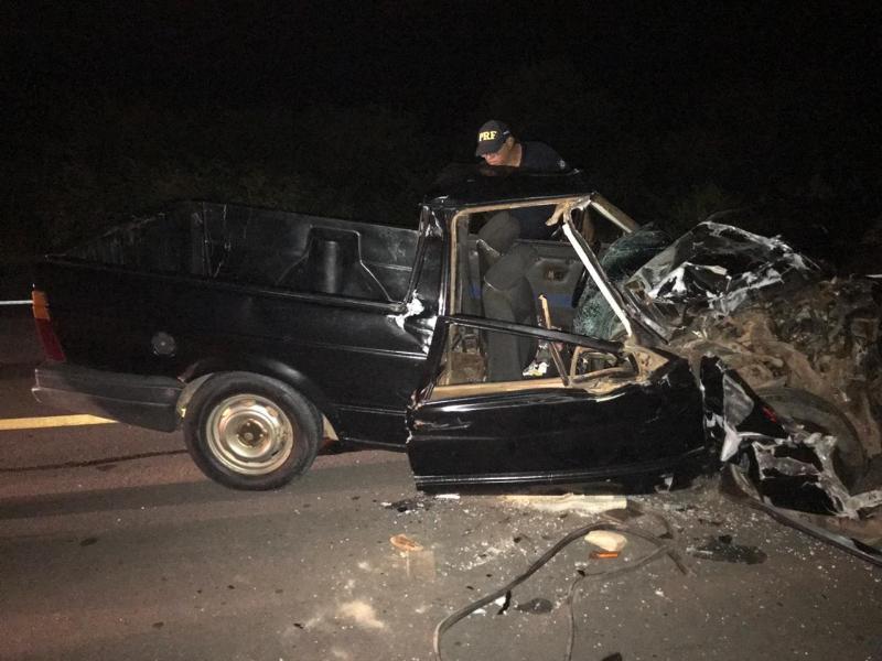 Mulher morre em colisão entre carro e caminhão na BR-135
