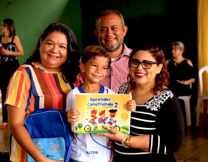 1700 alunos da Educação Infantil de Altos recebem kits escolares