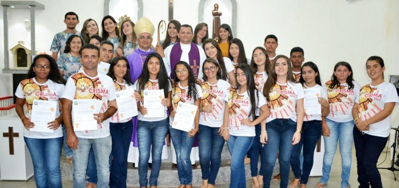Jovens e adultos recebem o sacramento da Crisma em Francisco Macedo