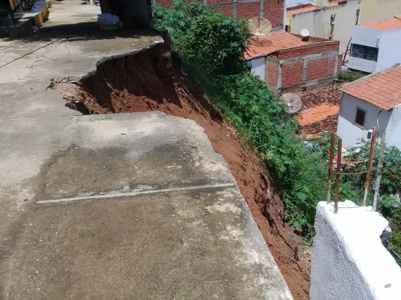 Chuva causa deslizamento de terra e atinge árvores em Picos