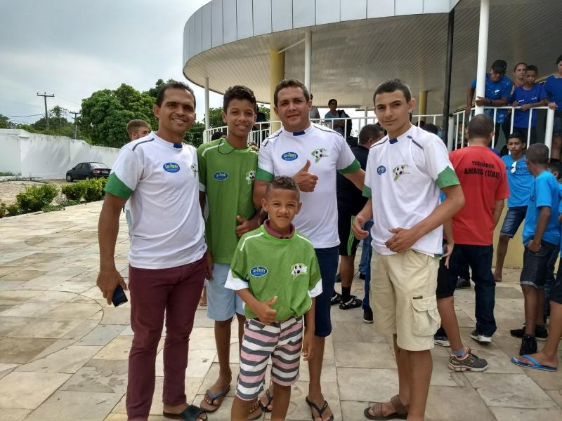 Jogadores da escolinha de futebol atletas Landri Sales seguiram viagem hoje