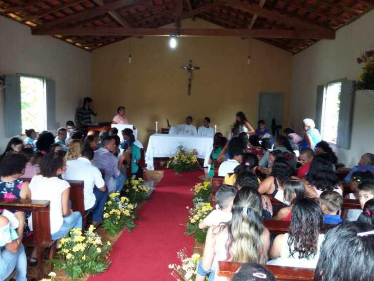 Os primeiros casamentos da igreja do povoado Paraíso do Gama são realizados