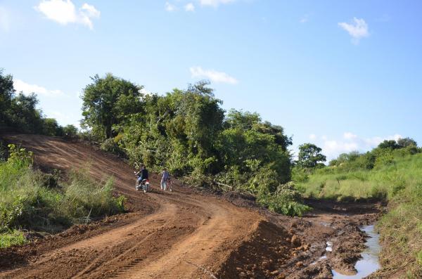 Chuva danifica estrada e prefeitura constrói desvio provisório
