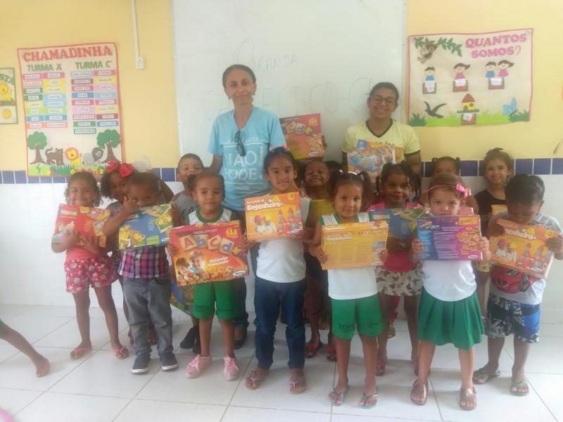 Secretária entrega Jogos Educativos para escola de Educação Infantil
