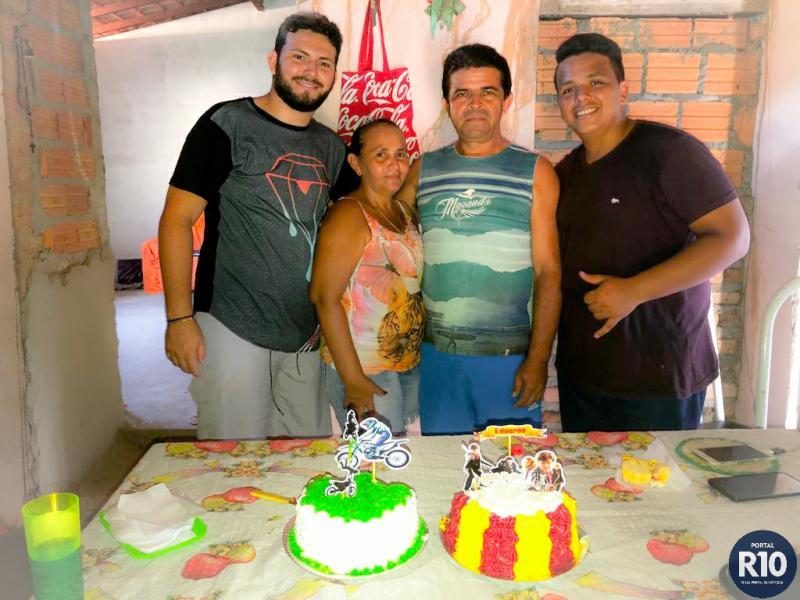ANIVERSÁRIO | Irmãos Freitas Eduardo e Lucas com familiares e amigos
