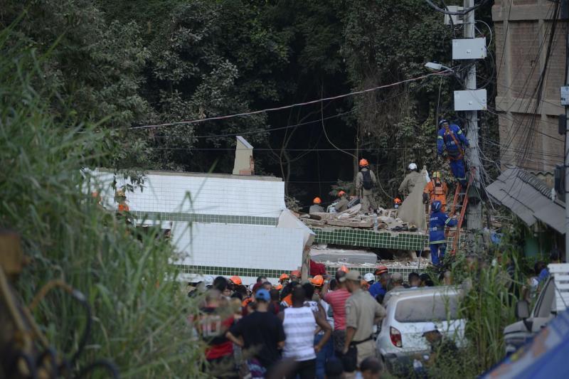 Número de mortos sobem após queda de prédio no Rio de Janeiro