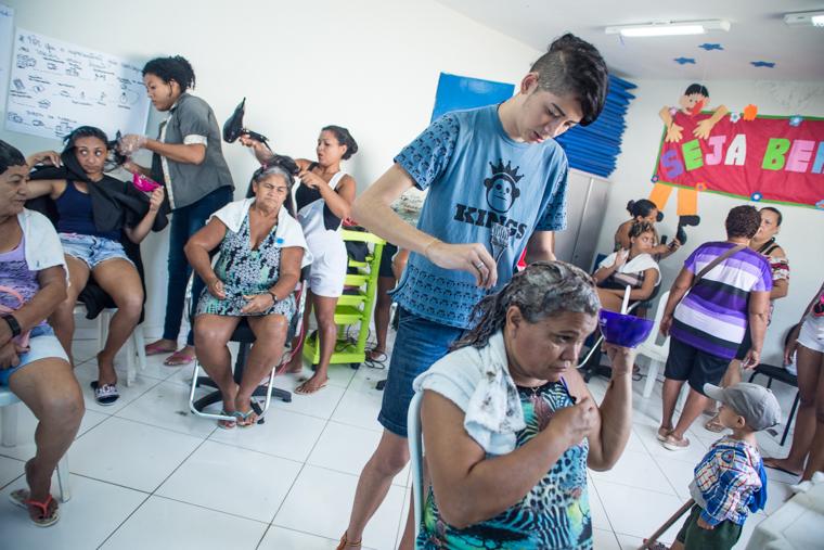 Curso de cabeleireiro realiza ação com grupo de idosas do CRAS Parque União