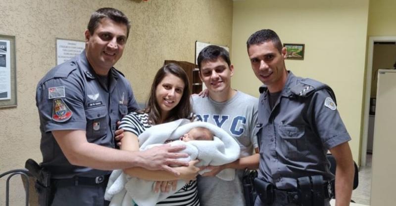 Vídeo mostra policiais salvando bebê engasgado