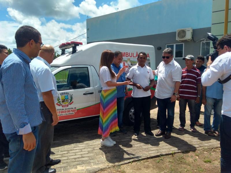 Prefeito de Pau D'arco do PI entrega ambulância na zona rural do município