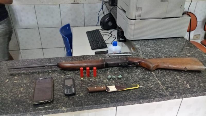 Polícia prende dois homens por porte de arma e drogas no Piauí