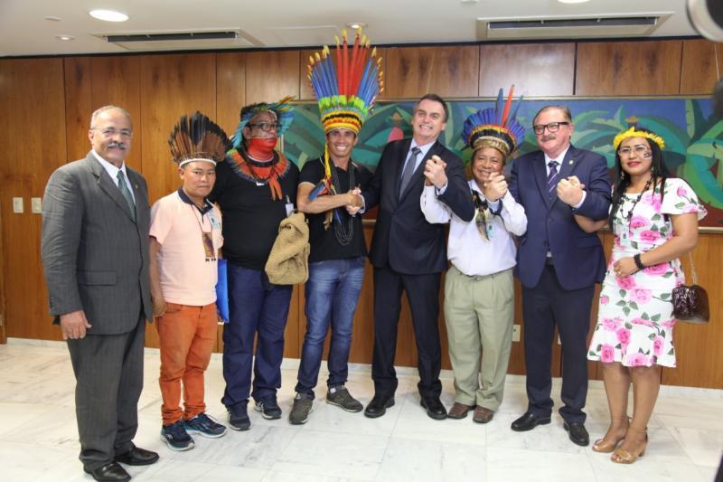 Bolsonaro recebe indígenas no Palácio do Planalto