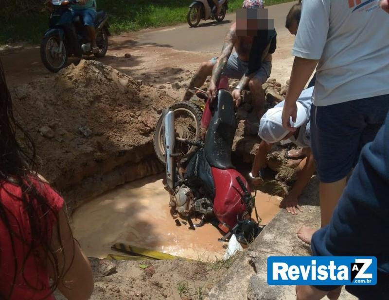 Motociclista cai em buraco feito por equipe da Agespisa
