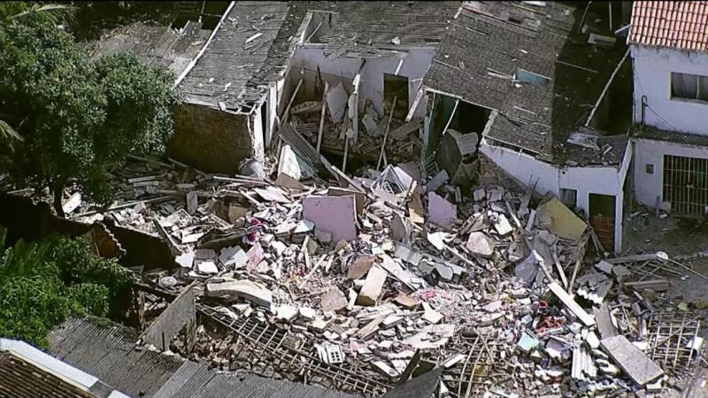Explosão causada por gás derruba casas e mata dois