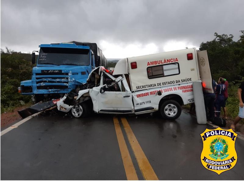 Colisão entre carreta e ambulância deixa um morto na BR 135