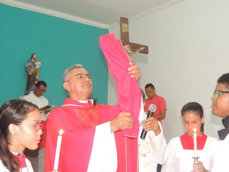 Adoração à Santa Cruz por paroquianos da paróquia São José em Campo Largo