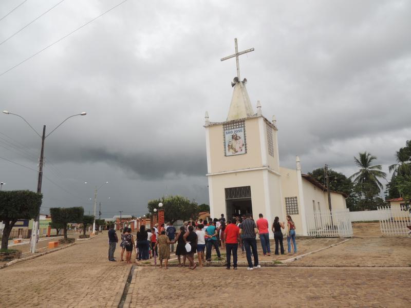 Multidões conduzem imagem do Senhor Morto no centro de Campo Largo