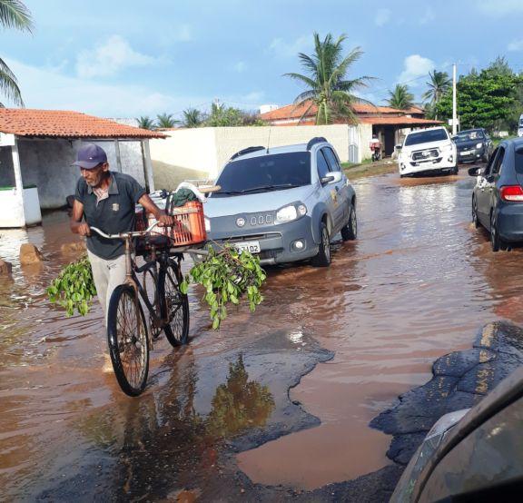 Pista alagada causa transtornos no litoral do Piauí
