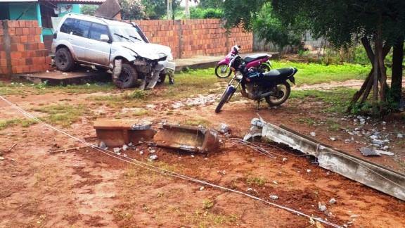 Homem perde controle de carro e colide contra poste no PI