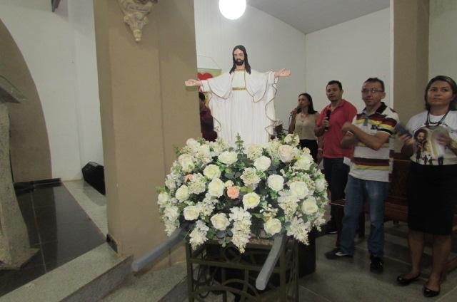 Fiéis participam da missa de Páscoa na paróquia de São Francisco de Assis