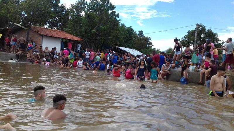 Balneário do Barreiro atrai multidão na zona rural de Cabeceiras